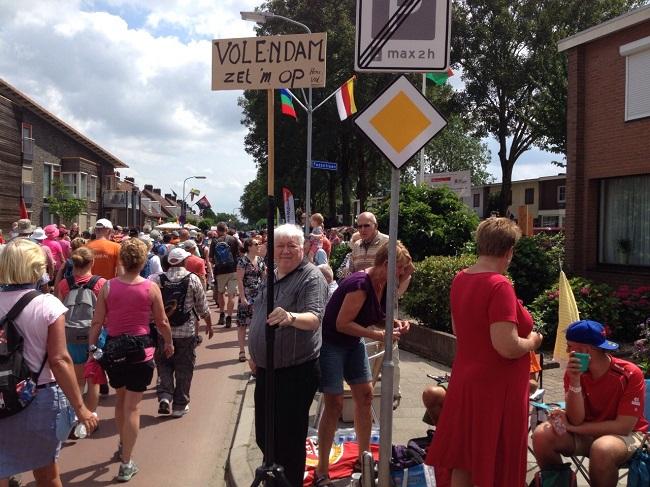 Jan Rab kwam de wandelaars uit Volendam aanmoedigen!